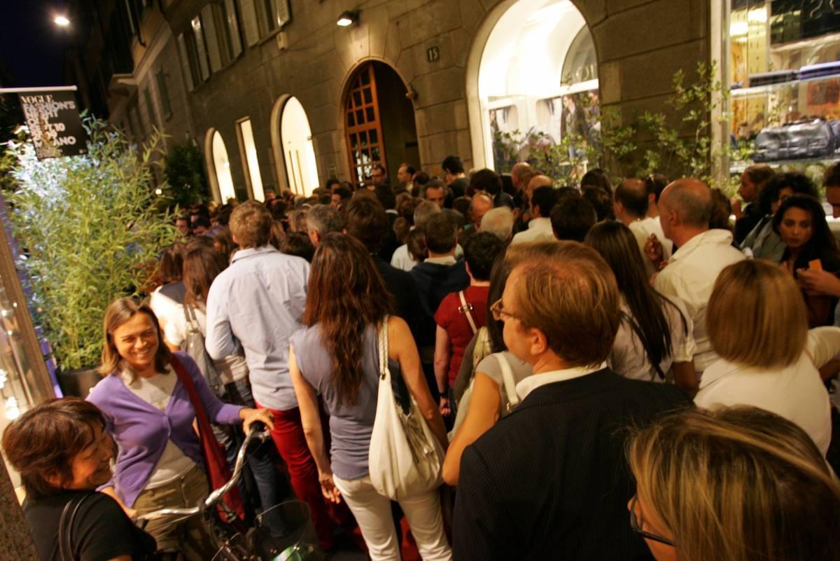 Fashion night: boutique aperte, folla invade il Quadrilatero