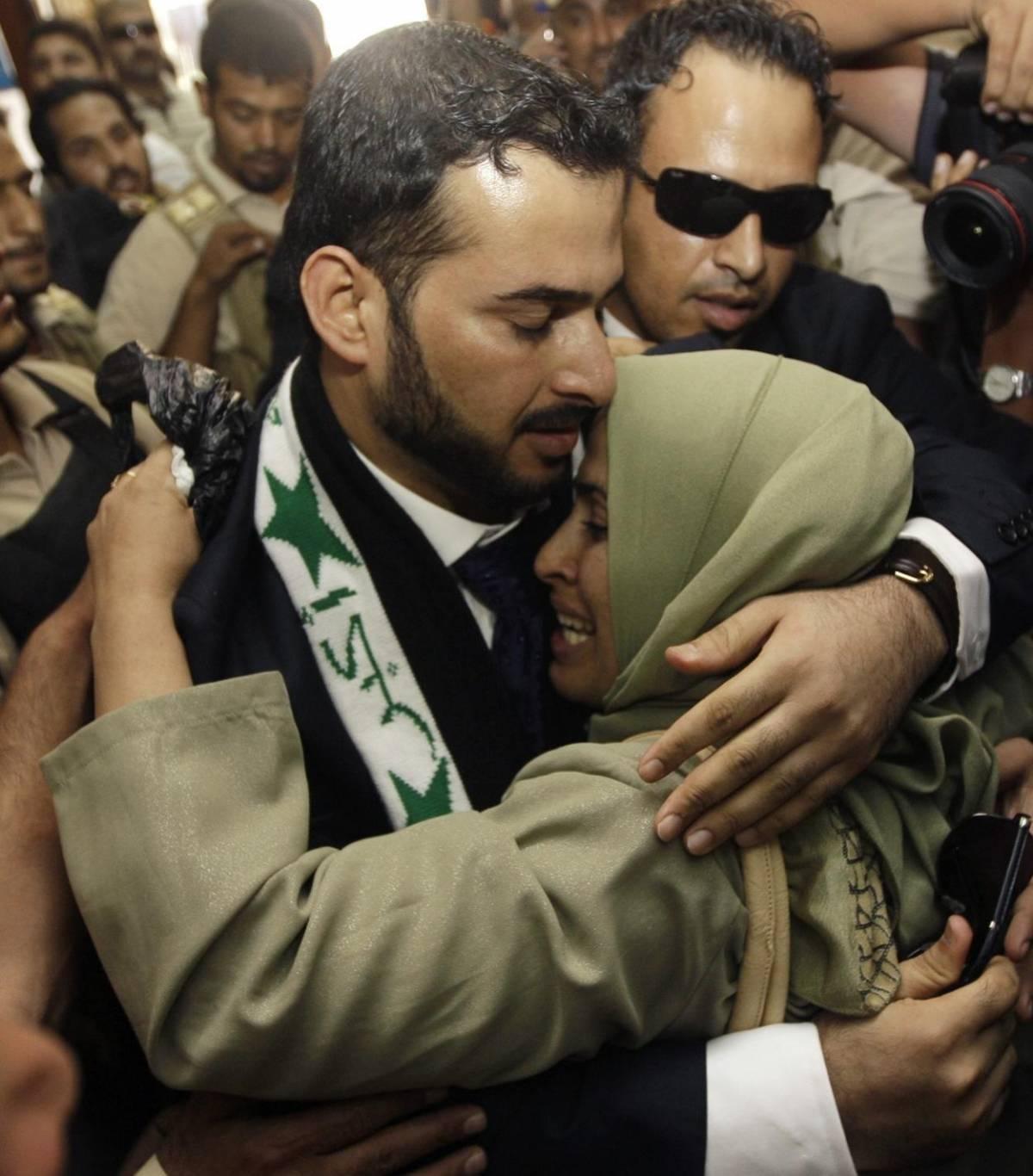 Festeggiato da eroe l'iracheno che lanciò le scarpe contro Bush