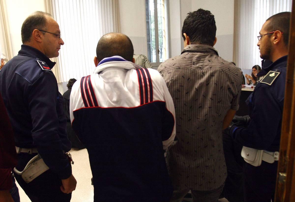 """Clandestini, a Milano   scatta la prima condanna  Legale: """"Non va espulso"""""""