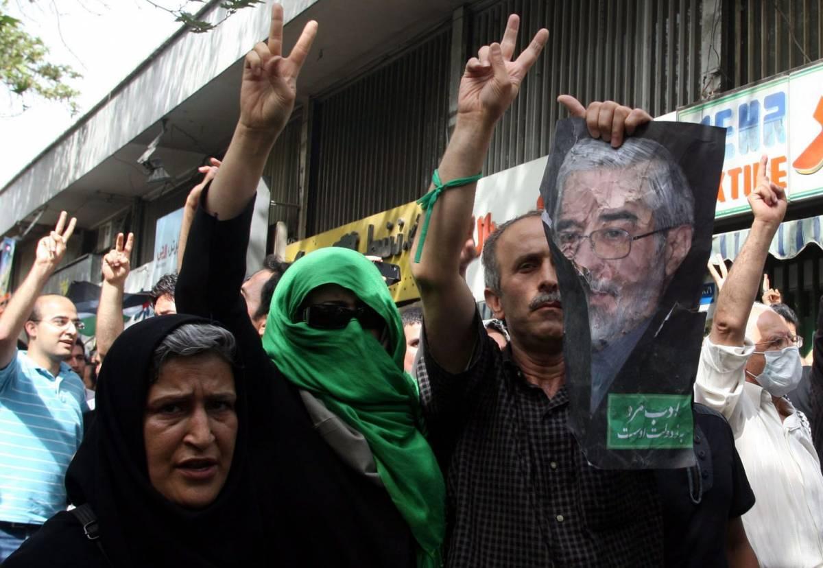 Teheran, scontri: aggrediti Moussavi e Khatami