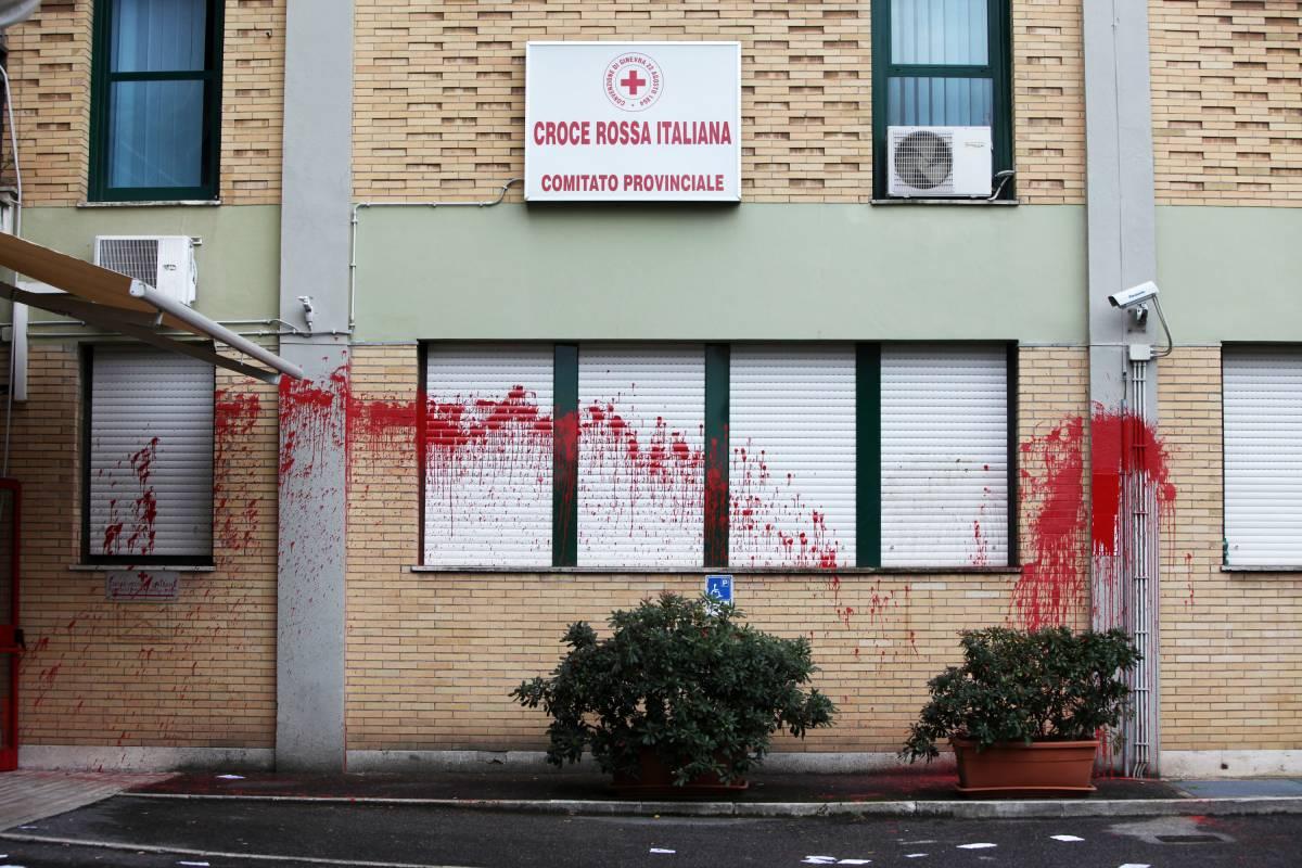 Croce rossa attaccata  Vernice e letame contro  la presenza nei Cie