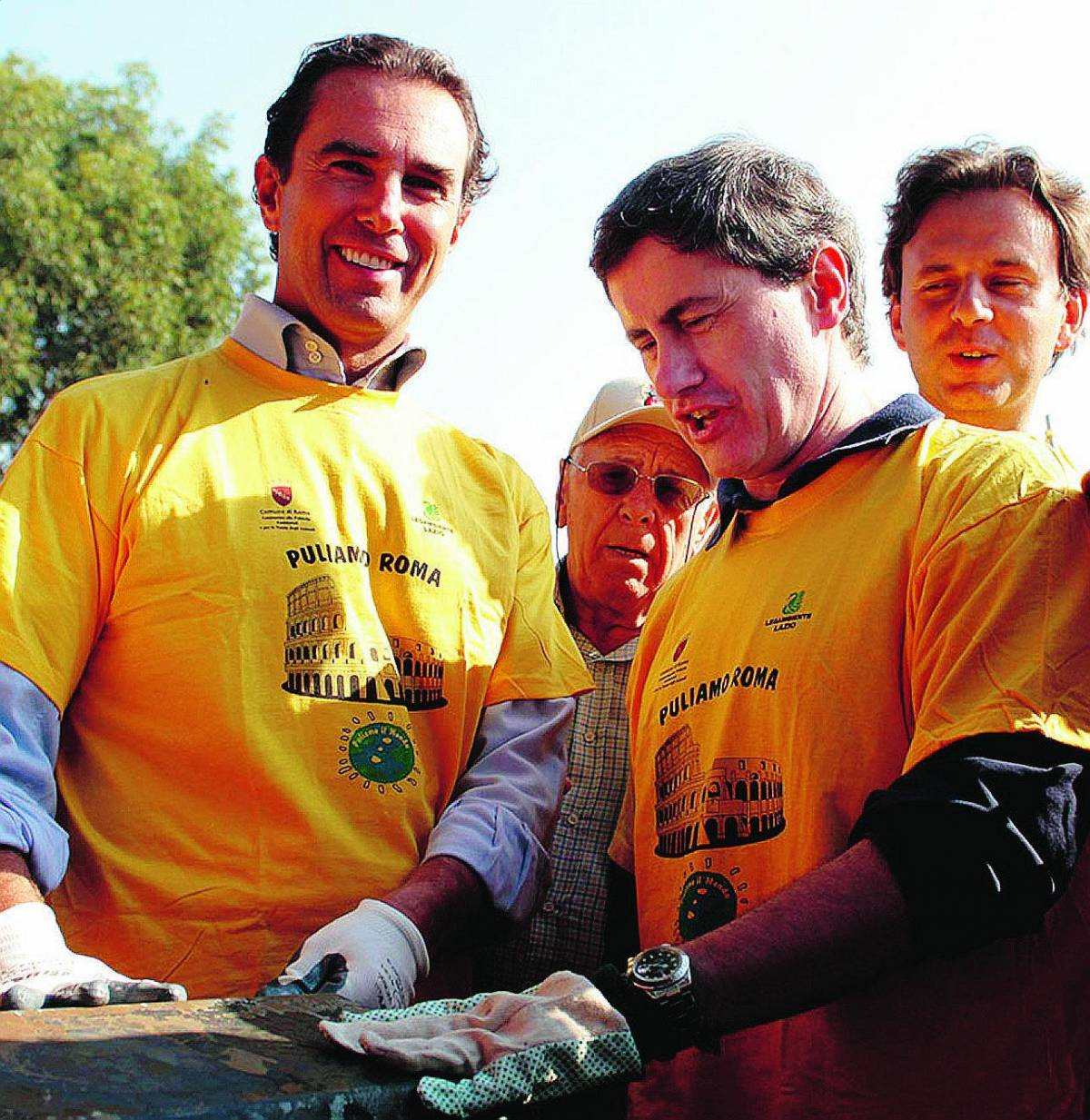 Con tanto di ramazza il sindaco Alemanno offre il buon esempio