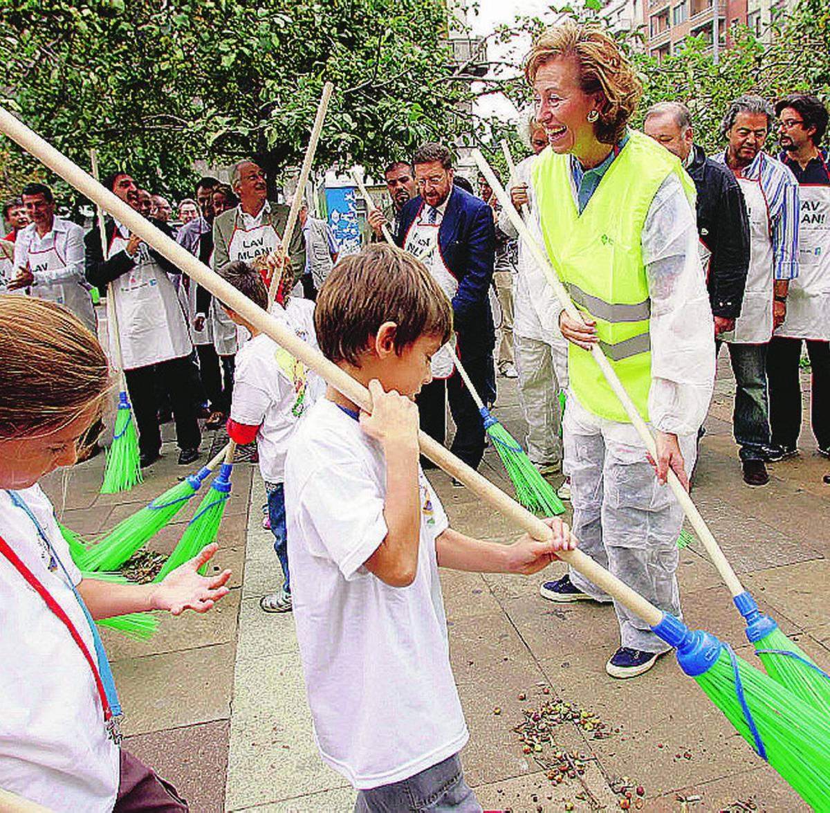Il sindaco a caccia di volontari: «Aiutateci a cancellare i graffiti»