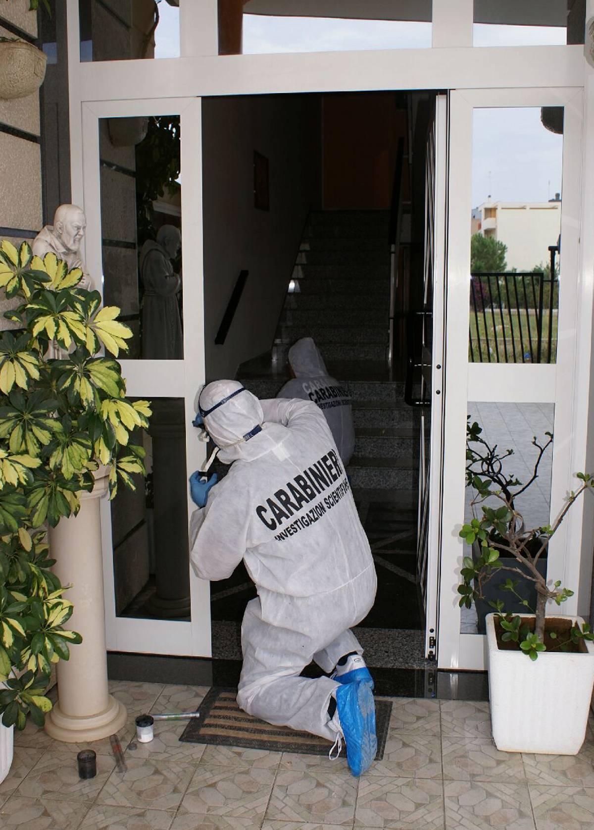 Bari, spara ai ladri  attraverso la porta  e ne uccide uno