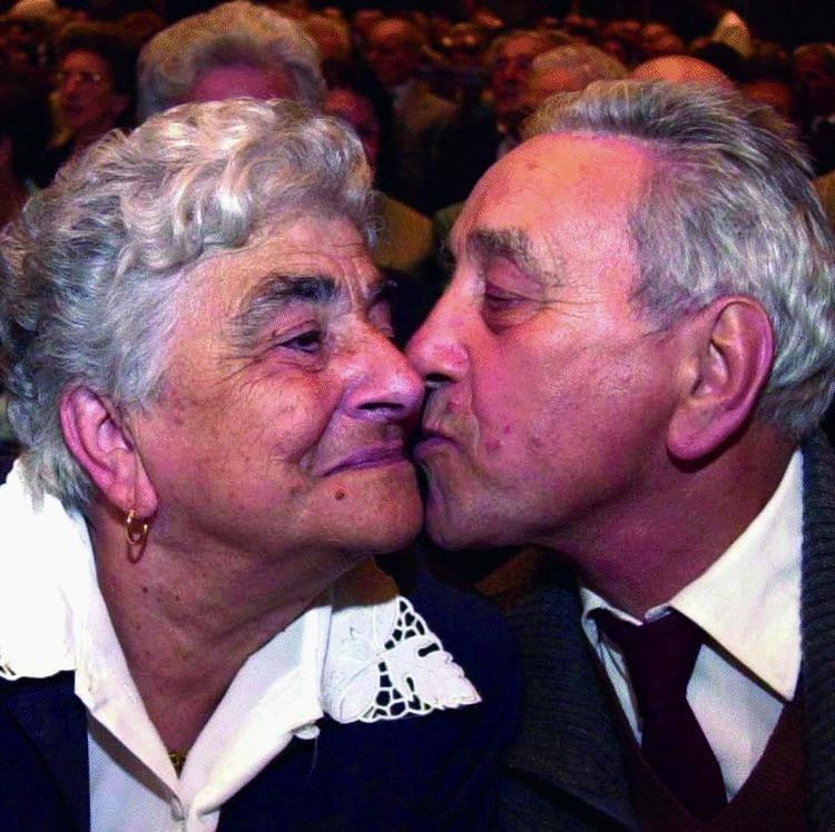 Cena e una carta d'oro per festeggiare cinquant'anni insieme