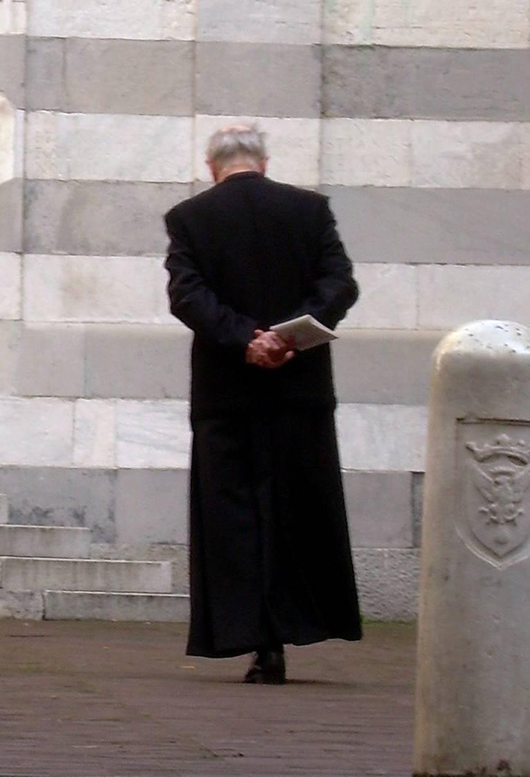 Ora paghiamo la scorta  al sacerdote no global  che insulta i parà morti
