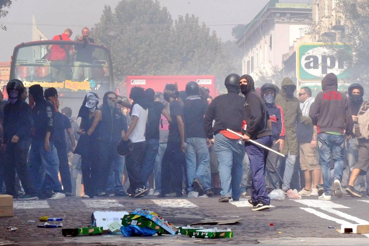 Napoli, centri sociali contro la polizia: tre feriti