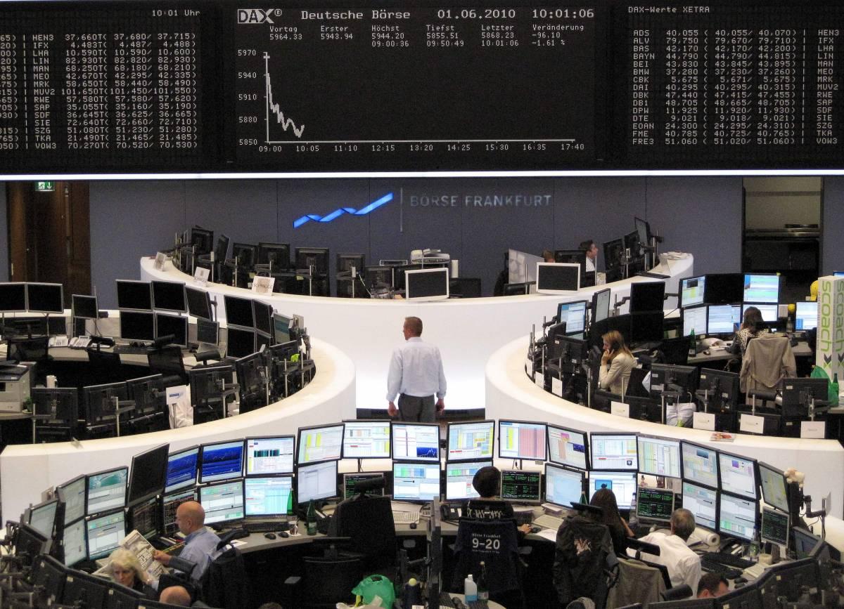 Borse ancora in affanno:  Piazza Affari giù del 2%  L'euro ai minimi da 4 anni