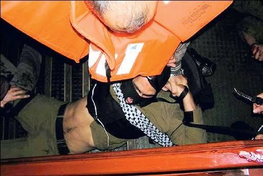 Reuters sotto accusa: sangue e coltelli spariscono dalle foto