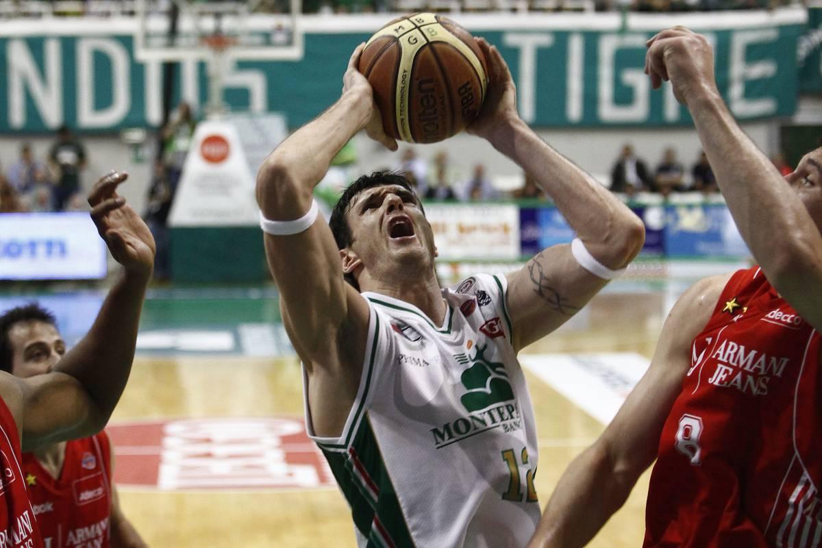 Basket, Milano ci crede  Alla fine Siena decolla