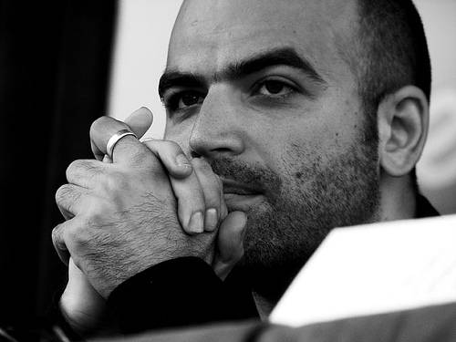 """Saviano martire per Max:  la finta morte in copertina  Lui: """"Cinica speculazione"""""""