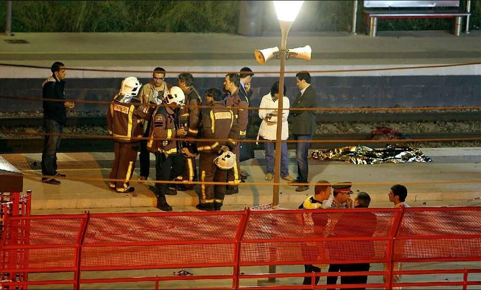 E' tragedia a Barcellona  Attraversano i binari,  il treno li falcia: 12 vittime