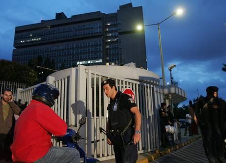Attentato ad Atene,  esplode pacco bomba:  un morto al ministero