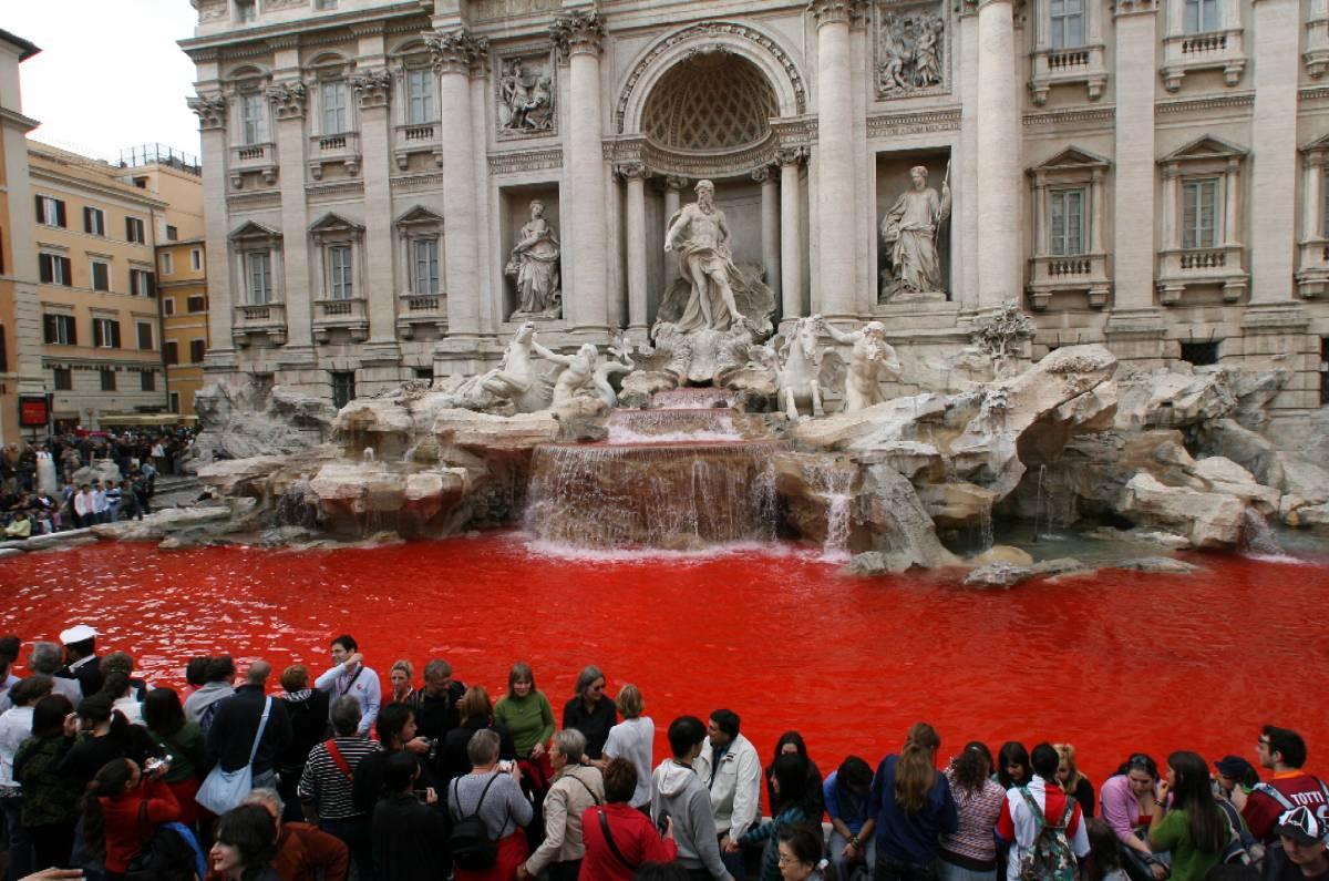 Roma, Fontana di Trevi:  ancora un blitz colorato  L'acqua si tinge di rosso