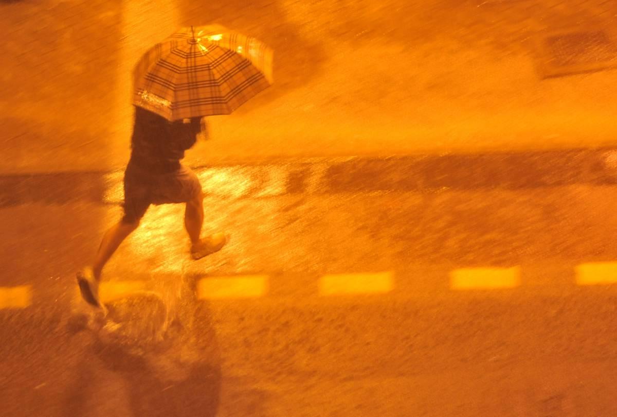 Maltempo sul Nord Italia:  è un assaggio di autunno  Forte nubifragio a Genova