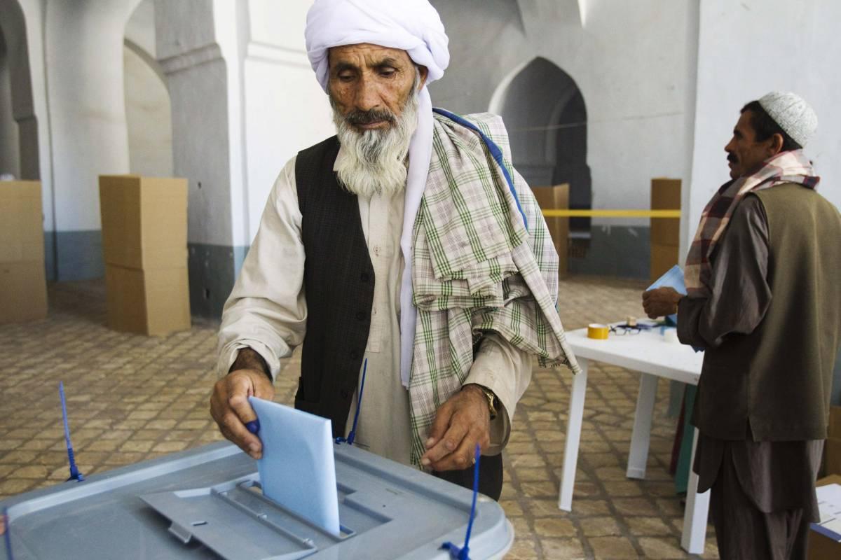 Elezioni in Afghanistan,  colpito un bus di elettori  Razzi contro base italiana