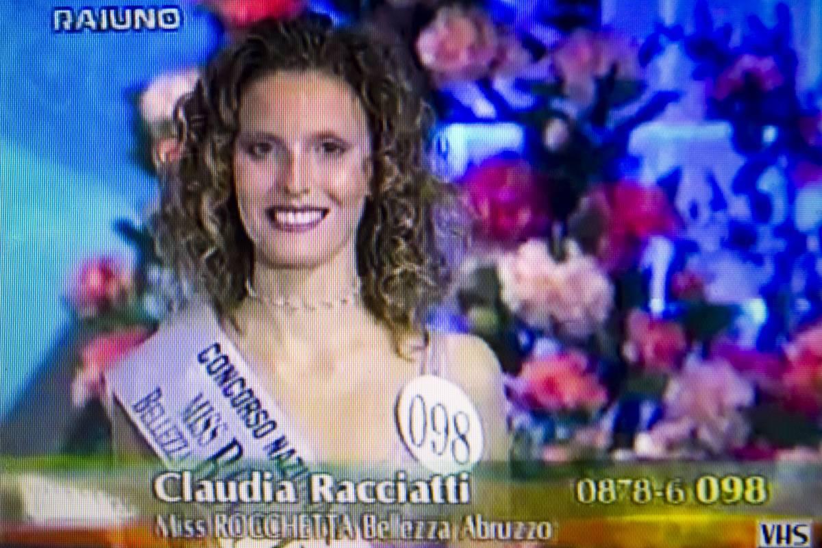 Roma, suicida in caserma   la tenente dei carabinieri:  aveva vinto Miss Abruzzo