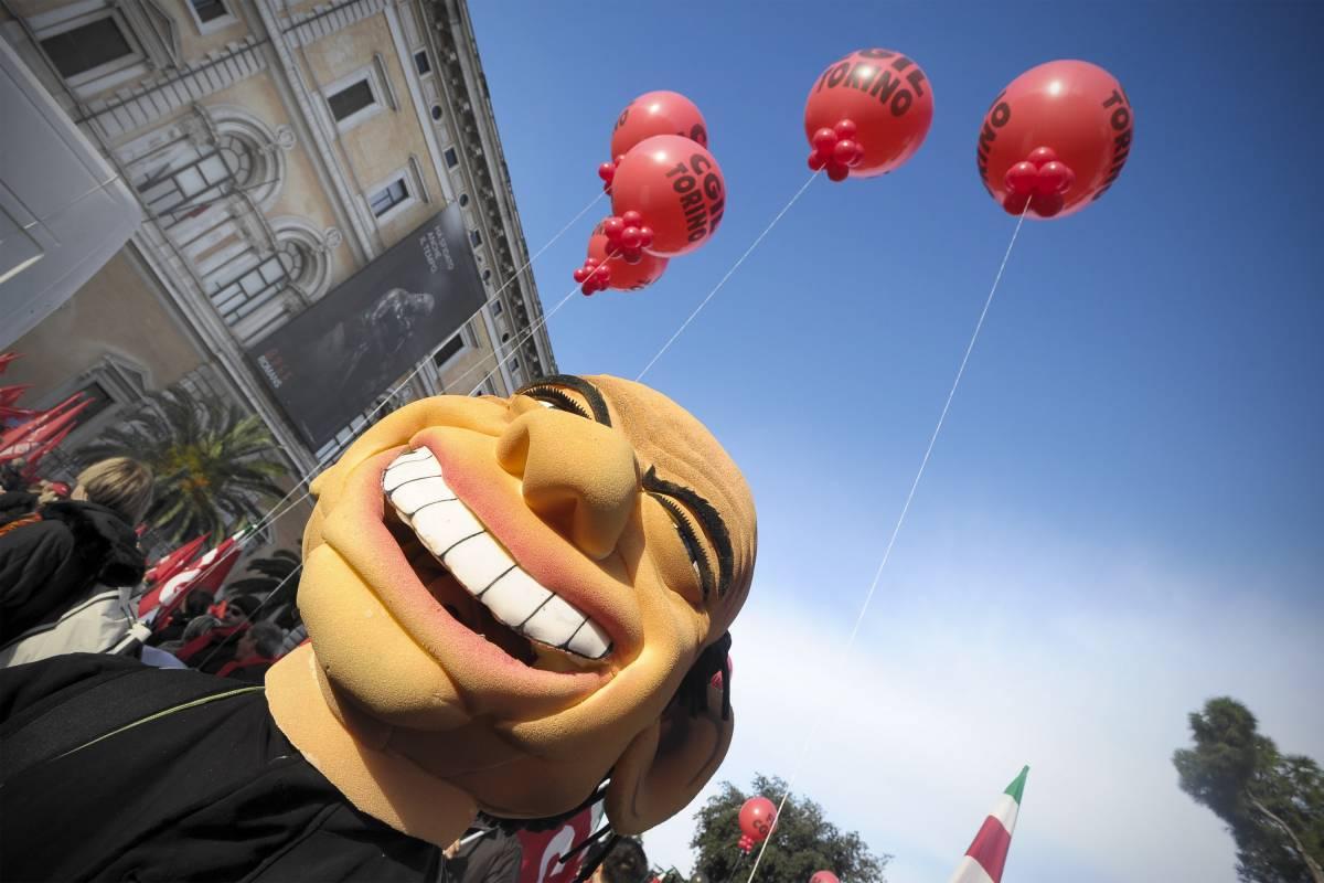 """La Cgil minaccia: """"Risposte o sciopero generale""""  Dato alle fiamme un manichino di Berlusconi"""