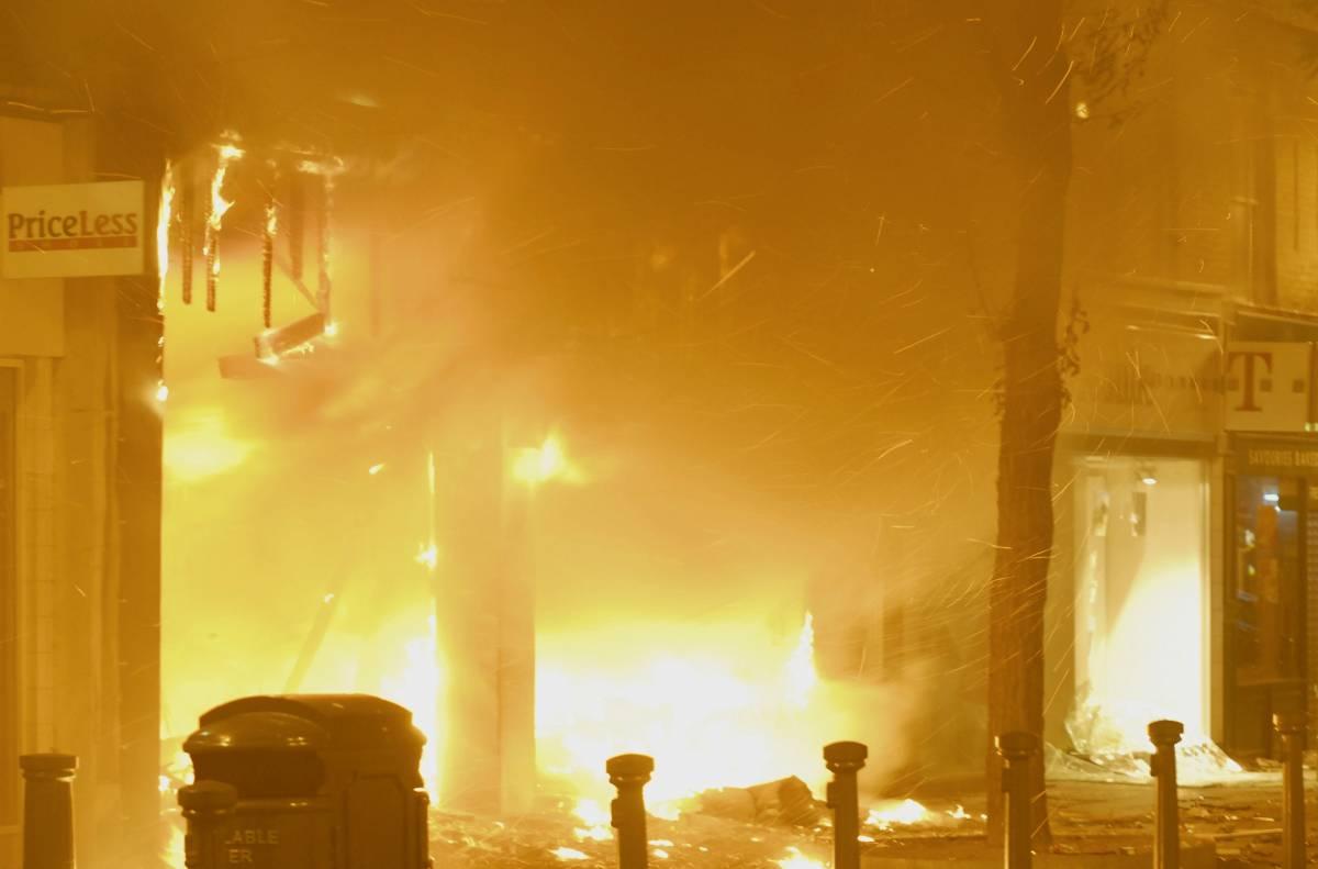 Devastazioni e saccheggi arrivano in centro  Ma è pilotata la protesta che incendia Londra