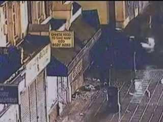 Londra, video choc diffuso da Scotland Yard  Due poliziotti investiti dai giovani rivoltosi