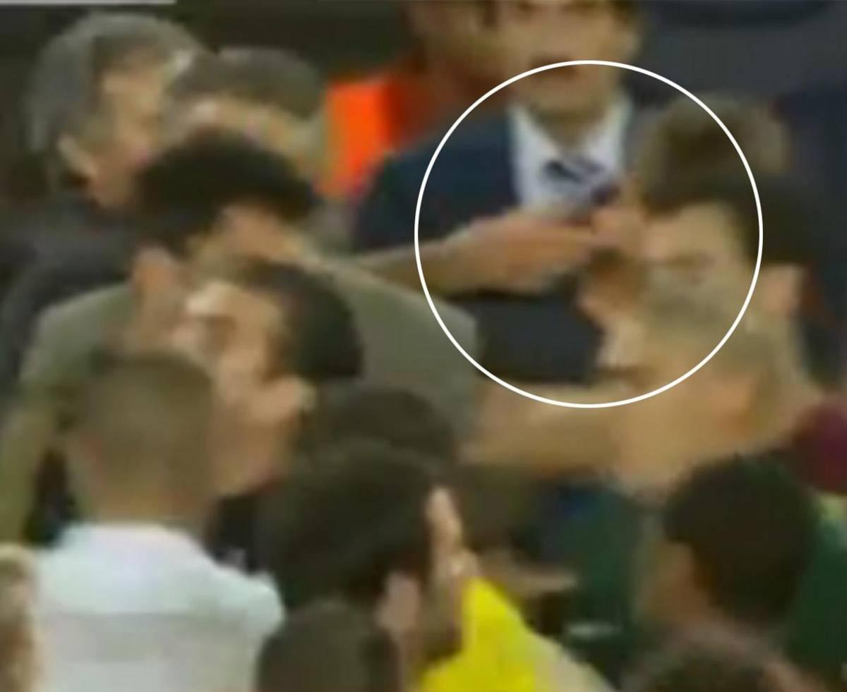 Mou-follia: perde il match  e infila un dito nell'occhio  del vice di Pep Guardiola