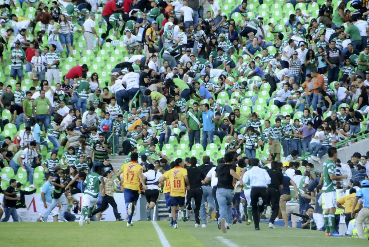 Messico, sparatoria all'esterno dello stadio  Tifosi e calciatori in fuga, partita sospesa