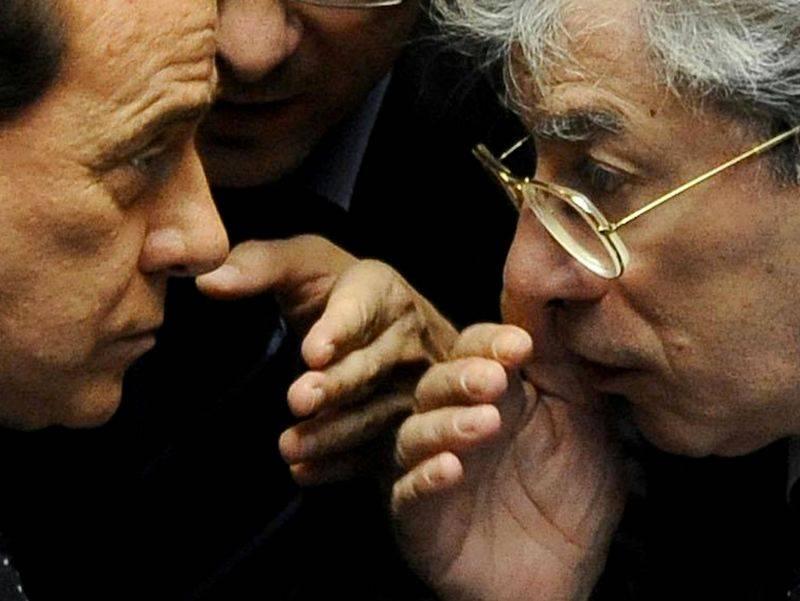 """Ora Bossi torna alla """"Padania libera""""  E il premier lo bacchetta: """"Sbaglia"""""""