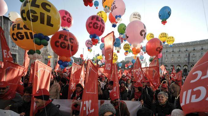 """Sotto le bandiere rosse   una valanga di privilegi:  la """"casta"""" del sindacato"""