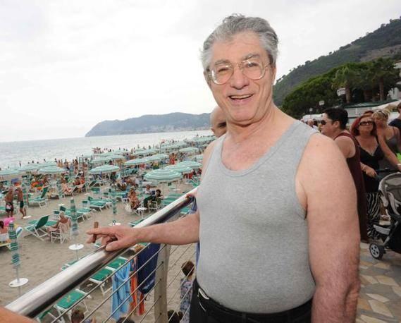 Le due facce dell'estate:   chi fa comizi non-stop    e chi russa in spiaggia