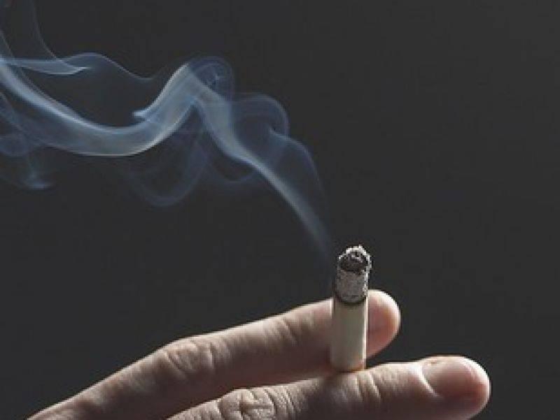 Alle donne il fumo fa più male che agli uomini:  una sigaretta fumata da lei fa 5 volte peggio