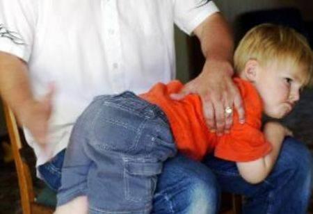 In vacanza a Stoccolma  dà uno schiaffo al figlio  e si ritrova in carcere