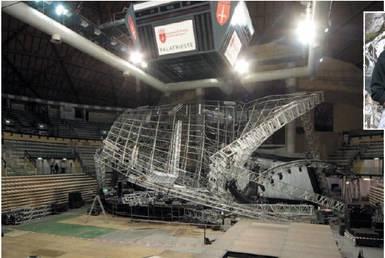 """Crolla il palco del concerto Un morto e 12 feriti Jovanotti: """"Pieno di dolore"""""""