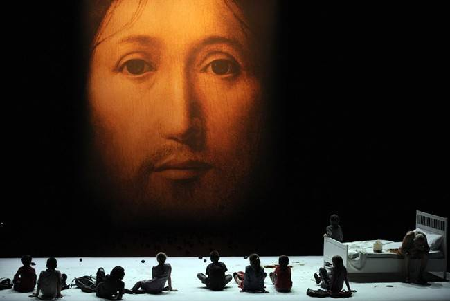 Escrementi sul volto di Cristo: lo spettacolo choc di Castellucci tra polemiche ed esposti ai pm
