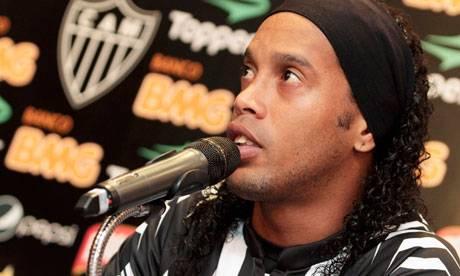 Ronaldinho beve la Pepsi: la Coca Cola lo scarica