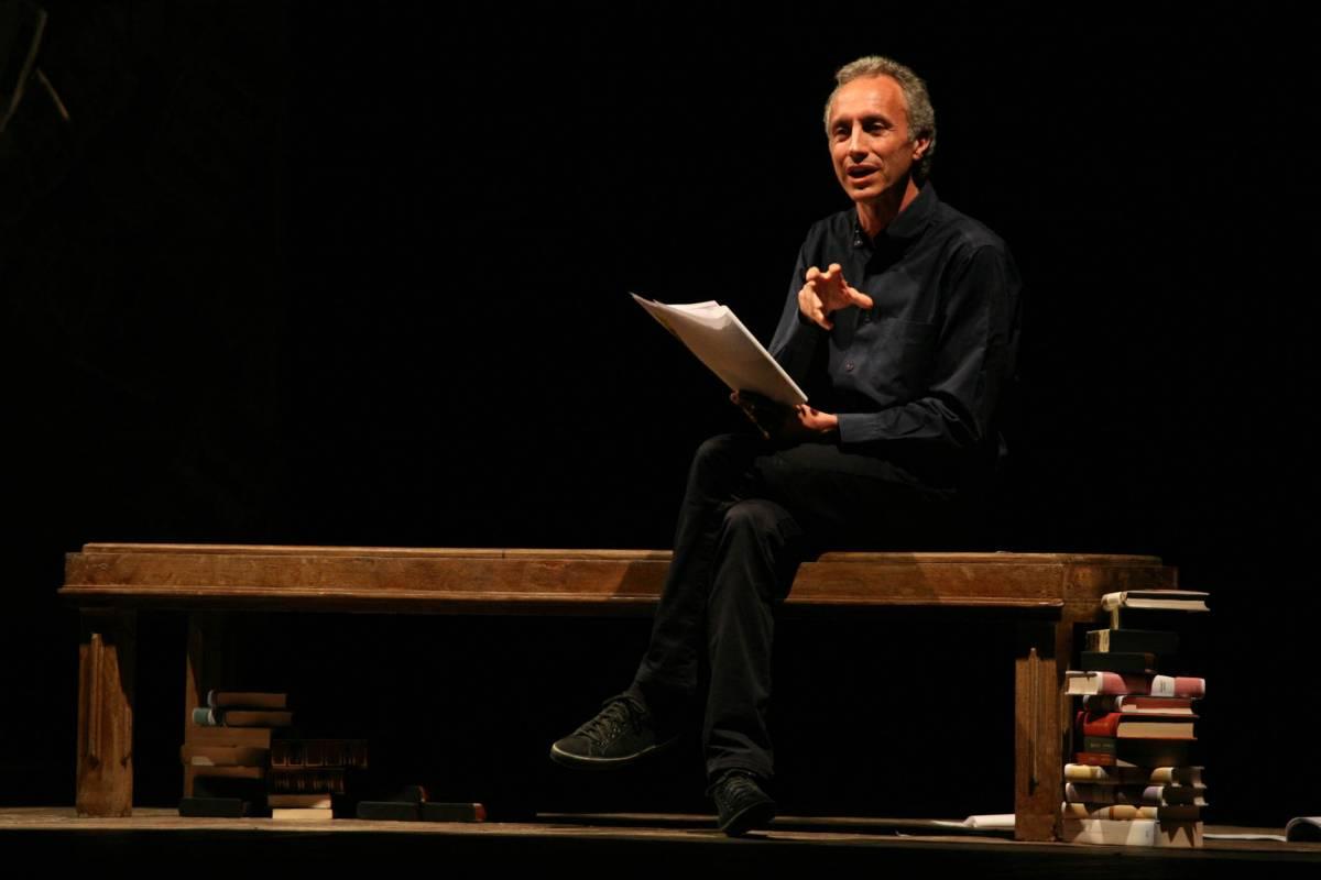 Marco Travaglio durante un monologo a teatro