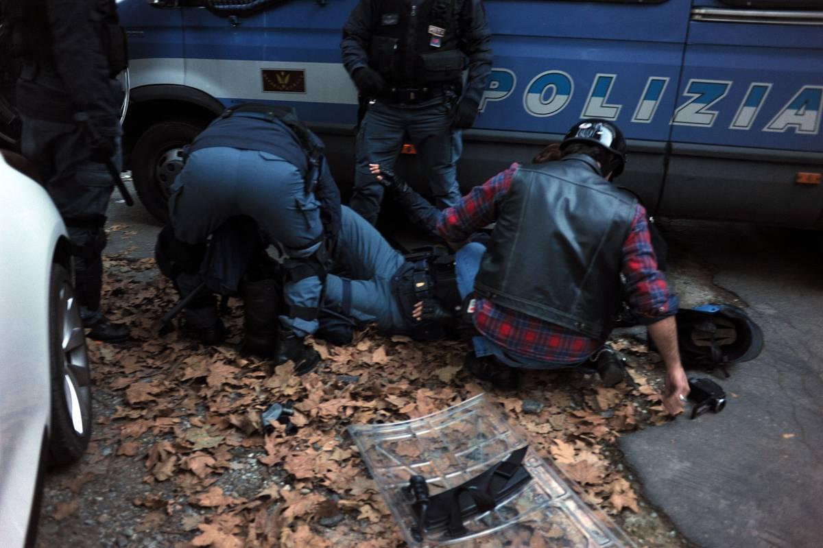 Gli agenti restano senza scudo: costretti a pagarsi medici e legali