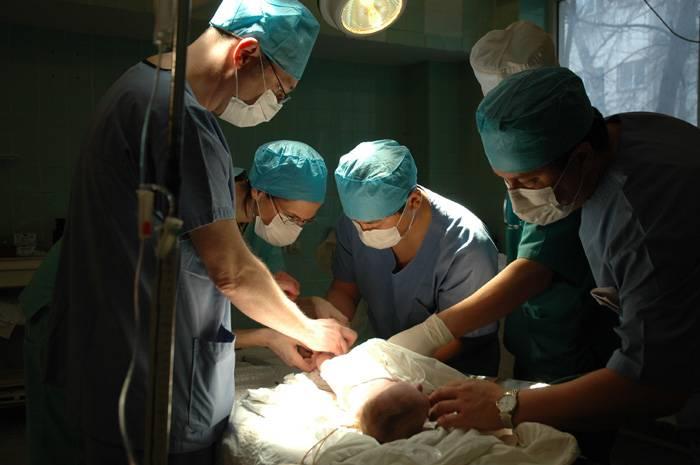 Tra 10 anni gli uomini potranno partorire grazie al trapianto di utero