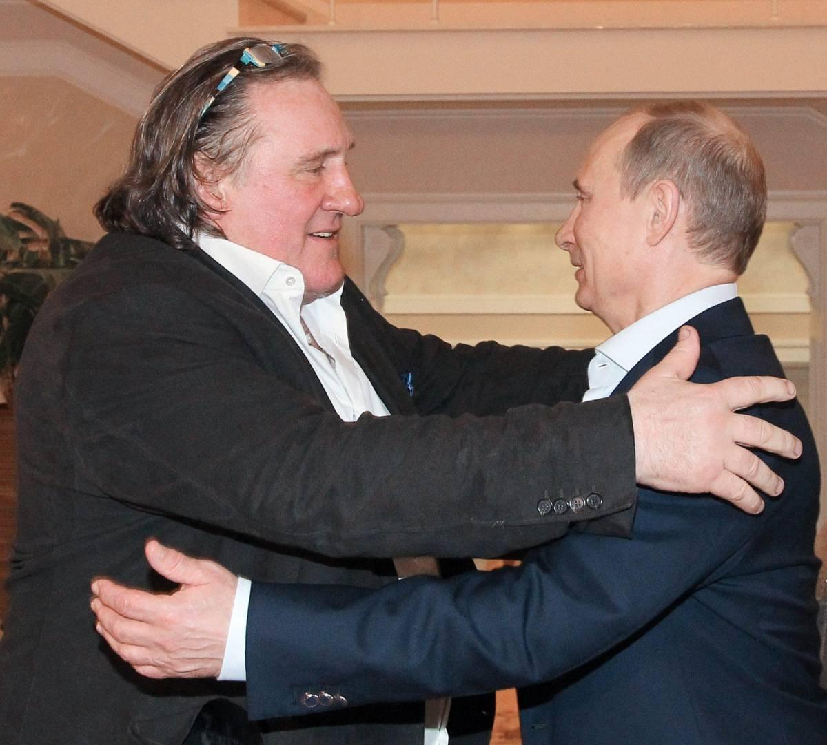 Gerard Depardieu riceve il passaporto russo da Putin