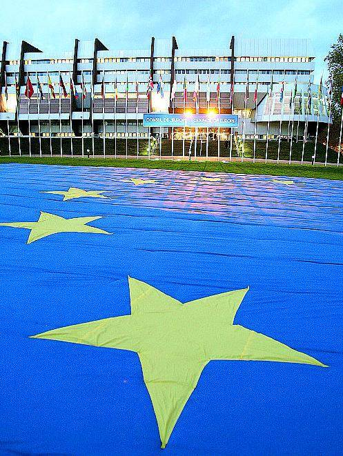 Troppi euroscettici L'Europa finanzia un pool per oscurarli