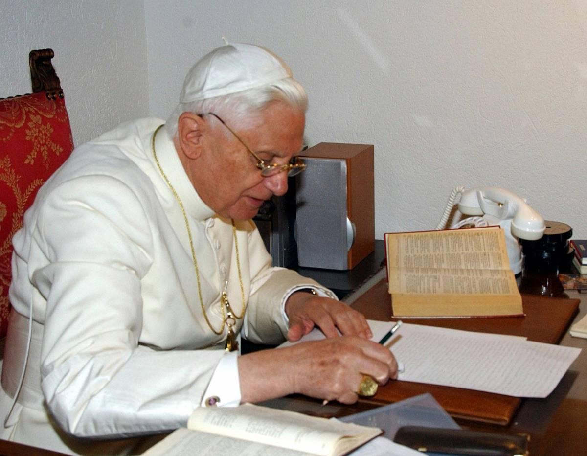 """La confessione di Papa Ratzinger """"C'è altro sul segreto di Fatima"""""""