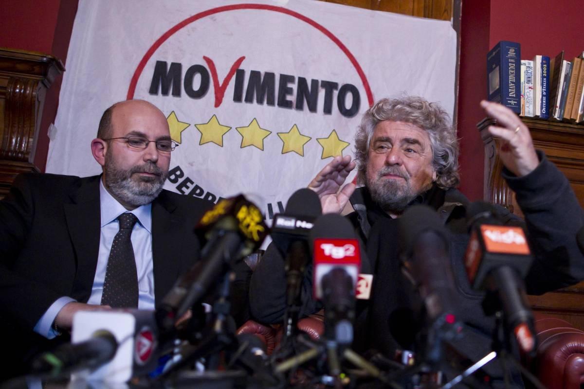 Beppe Grillo e Vito Crimi durante la conferenza stampa del M5S a Roma