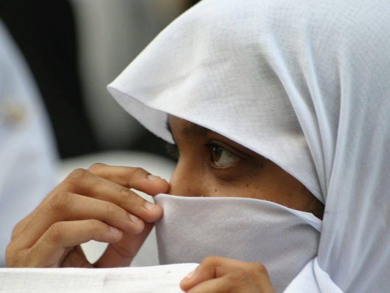Indossa il niqab per tradire la moglie La polizia lo scambia per terrorista