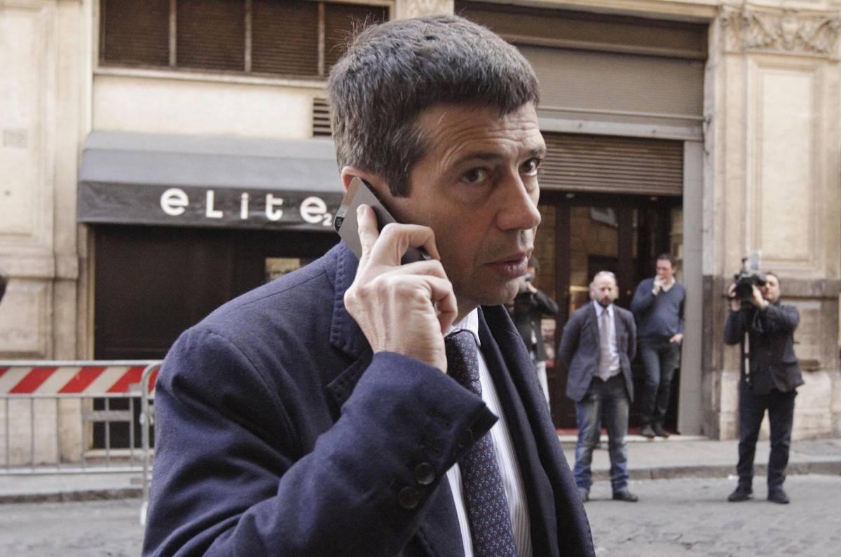 Onorevole Maurizio Lupi di fronte alla sede del Pdl