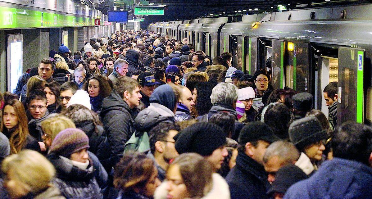Folla in metropolitana a causa di un guasto a un convoglio