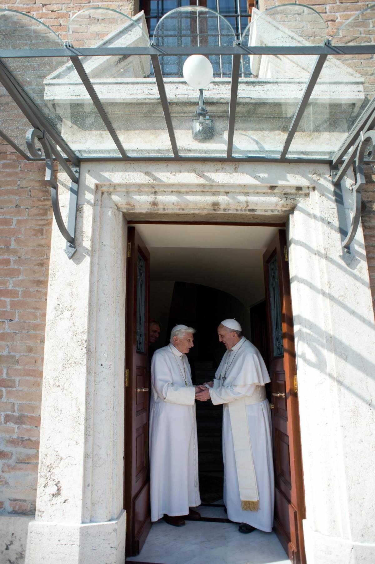 """Bergoglio e Ratzinger, patto """"contro il diavolo"""" in nome di San Michele"""
