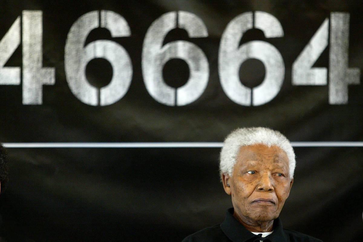 Nelson Mandela con alle spalle il suo numero di matricola da prigioniero