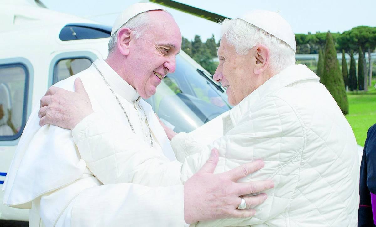 """Ora Ratzinger difende papa Francesco: """"Basta stolti pregiudizi contro di lui"""""""