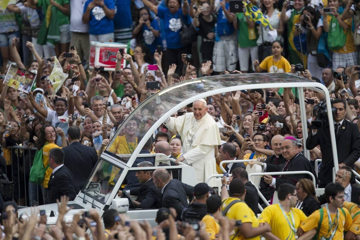 Brasile, Papa Francesco bloccato in auto dalla folla. Disinnescato ordigno