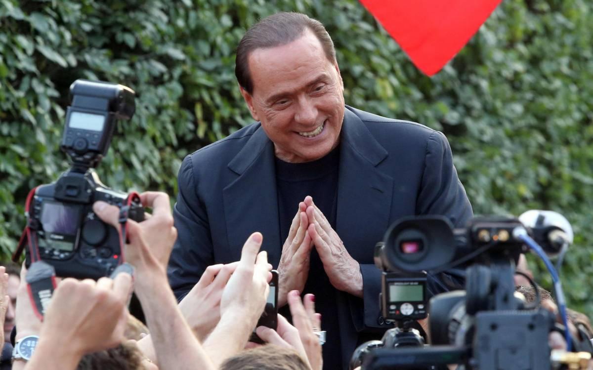 Silvio Berlusconi saluta i suoi simpatizzanti davanti villa San Martino ad Arcore