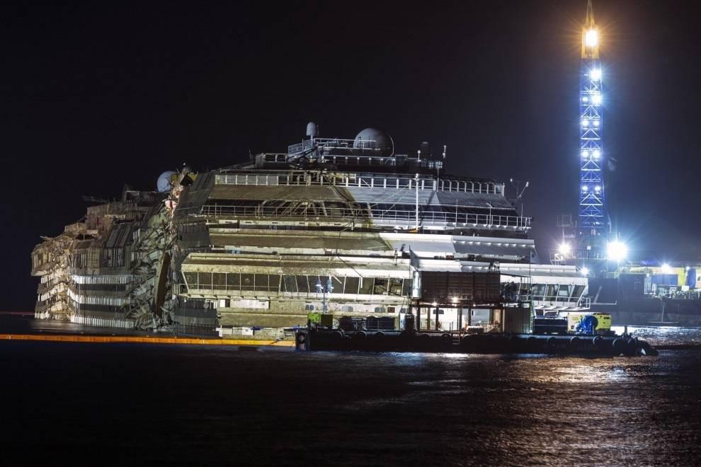 Giglio, terminate e operazioni di rotazione: la Concordia è tornata verticale